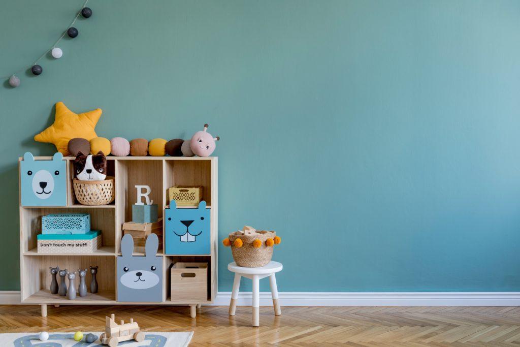 El color verde en la pared aporta tranquilidad en el dormitorio de los niños