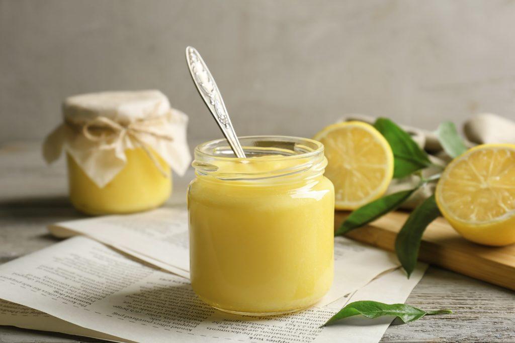 Crema de limón con cerezas