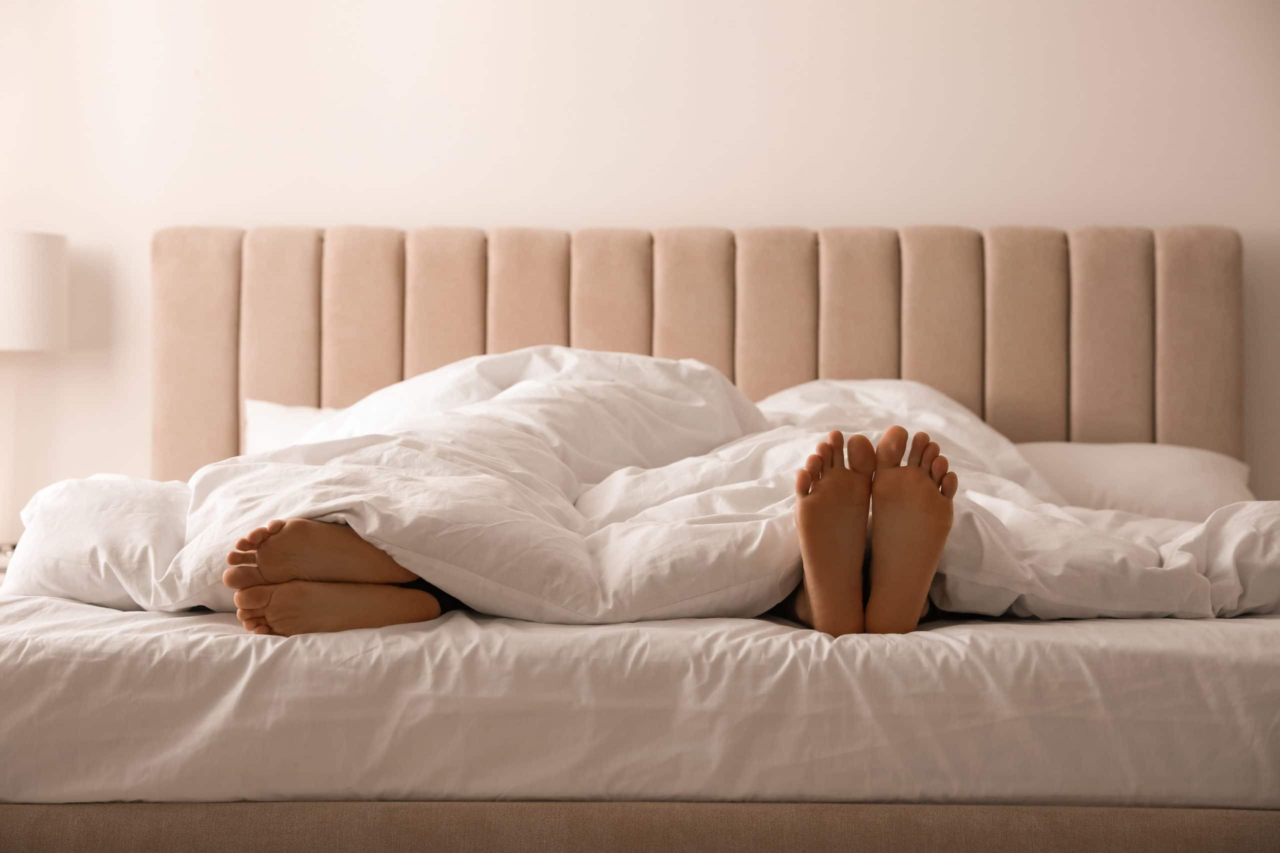 Pareja en cama con colchón SonnoMattress