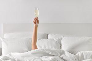 Beber alcohol antes de irse a dormir tiene algunas ventajas y desventajas